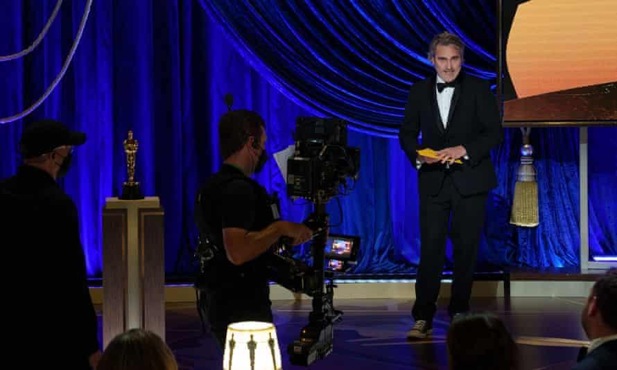 Joaquin Phoenix presents the best actor Oscar