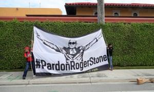 Les manifestants affichent une banderole exhortant Donald Trump à pardonner à son ancien conseiller de campagne Roger Stone, alors que le cortège présidentiel passe à West Palm Beach, en Floride, en mars.