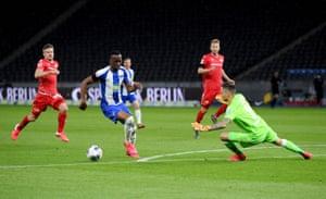 Hertha's Lukebakio rounds Gikiewicz before scoring the second goal.
