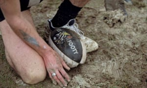 28 Aug 1999: A Collingwood supporter collects mud at Victoria Park.