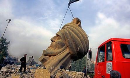 A crane lifts the statue of al-Mansur, Baghdad.