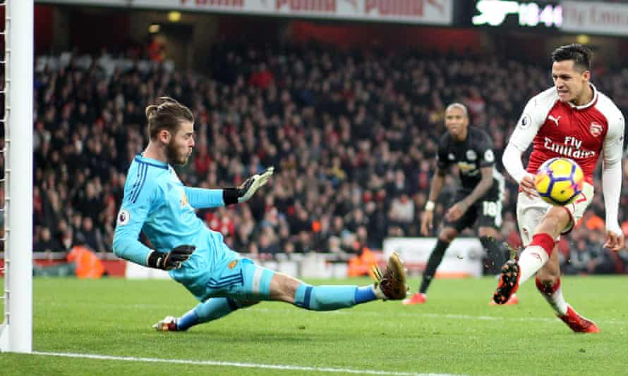 David de Gea saves at point-blank range to deny Alexis Sánchez.
