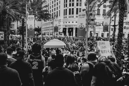 Una multitud se reúne para protestar contra Black Lives Matter frente al Ayuntamiento de Orlando, FL.