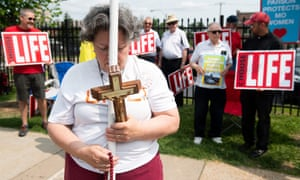 Anti-abortion protesters outside the Planned Parenthood Reproductive Health Services Center in St Louis, Missouri, 31 May 2019