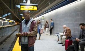 加拿大地铁站的通勤者。