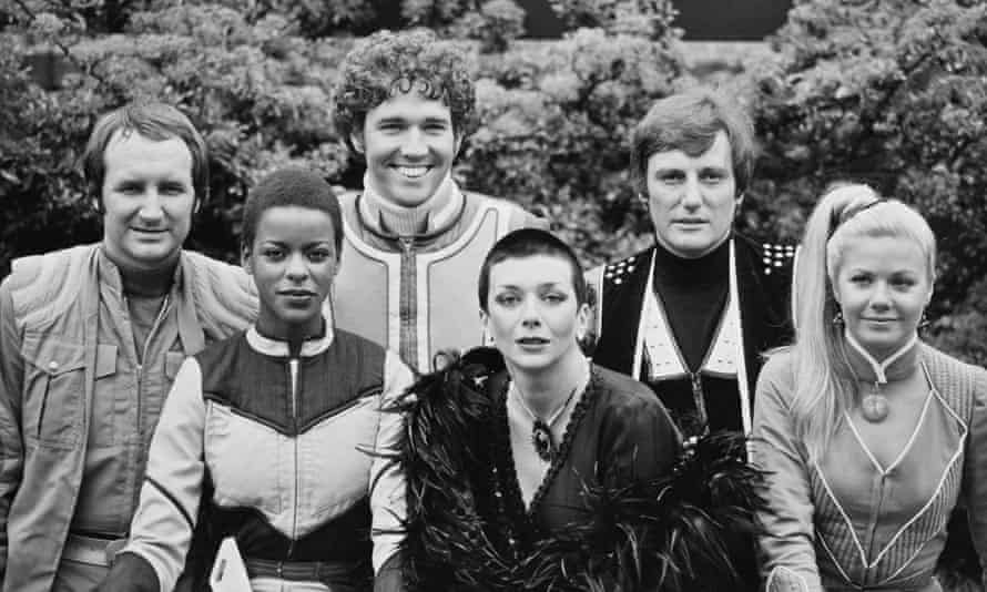 Jacqueline Pearce, fourth from left, in 1981 with Blake's 7 cast members, from left, Michael Keating as Vila Restal, Josette Simon as Dayna Mellanby, Steven Pacey as Del Tarrant, Paul Darrow as Kerr Avon and Glynis Barber as Soolin.