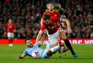 Sergio Agüuero tussles with Manchester United's Michael Carrick.