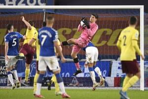 Everton's goalkeeper Joao Virginia claims the ball.