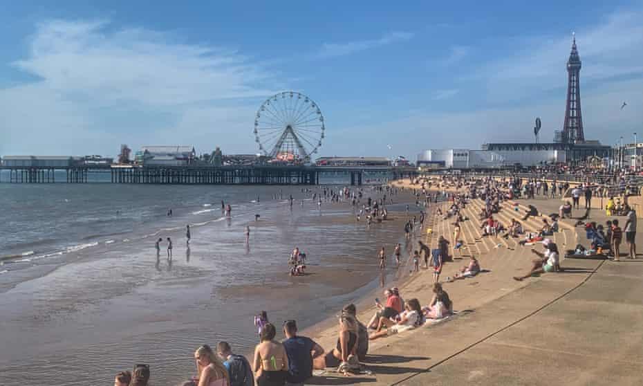 La gente disfruta del sol en la playa de Blackpool, 31 de mayo de 2021.