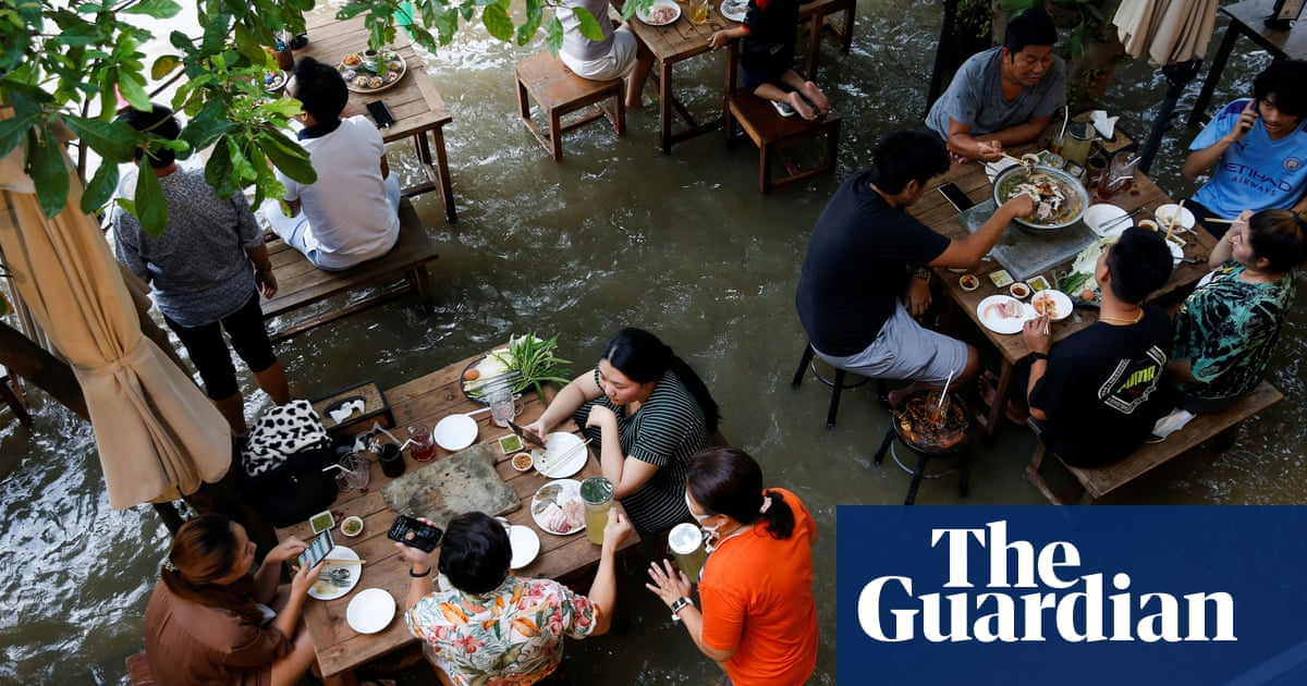 Thai restaurant makes waves as customers flock for flood dining – video