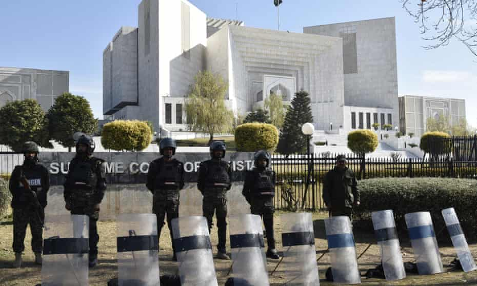 Pakistani security officials stand guard outside the supreme court as the court hears an appeal against the acquittal for Asia Bibi.