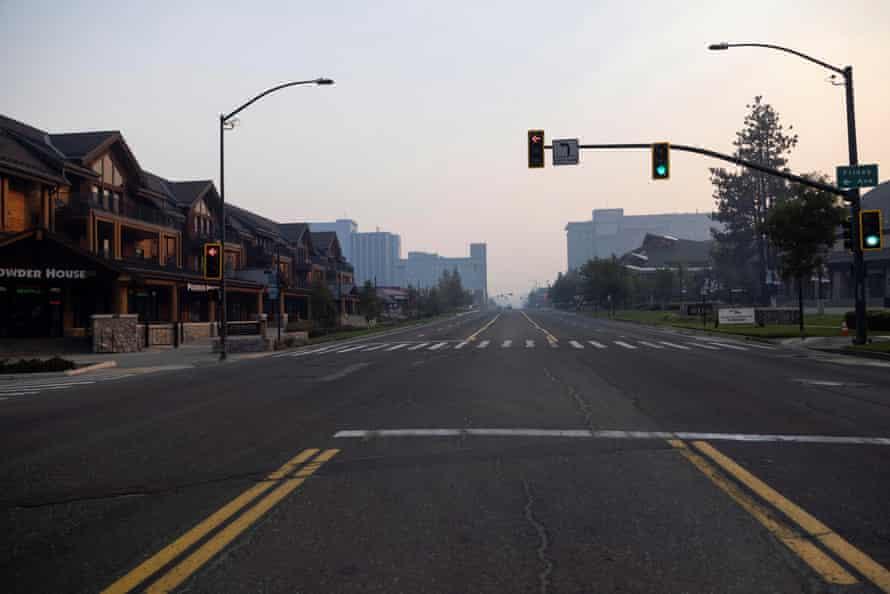 El incendio de Kaldor amenaza a Tahoe. Se ve una vista de calles vacías después de una evacuación obligatoria debido al incendio de Kaldor en South Lake Tahoe, California, EE. UU., 1 de septiembre de 2021. REUTERS / Aude Guerrucci