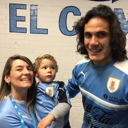 Natalia and her son Mateo with Edinson Cavani.