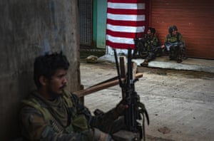 Soldiers in Marawi seek to evade sniper fire