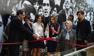 """Elena Poniatowska asiste a la inauguración de la exposicón """"Lecciones del 68: ¿Por qué no se olvida el 2 de octubre?"""""""