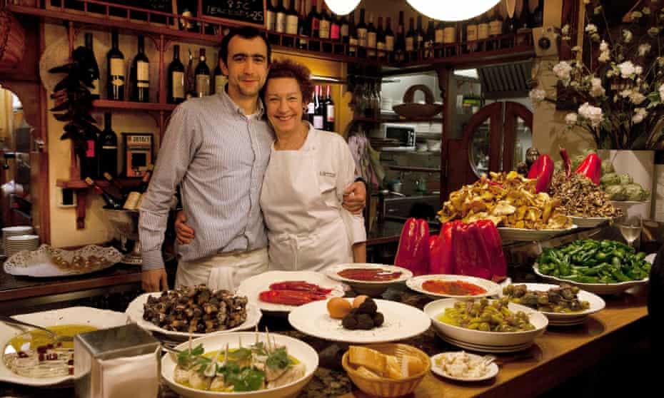 سن سباستین ، اسپانیا: بار / رستوران Pintxo گانبارا در شهر قدیمی Parte Vieja.