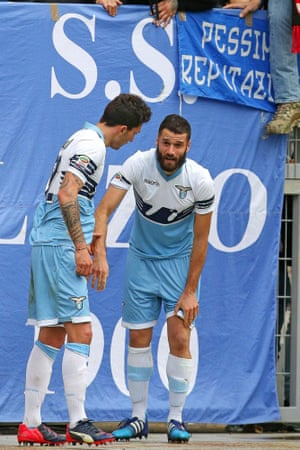 Lazio's Antonio Candreva injures his knee after celebrating his goal.