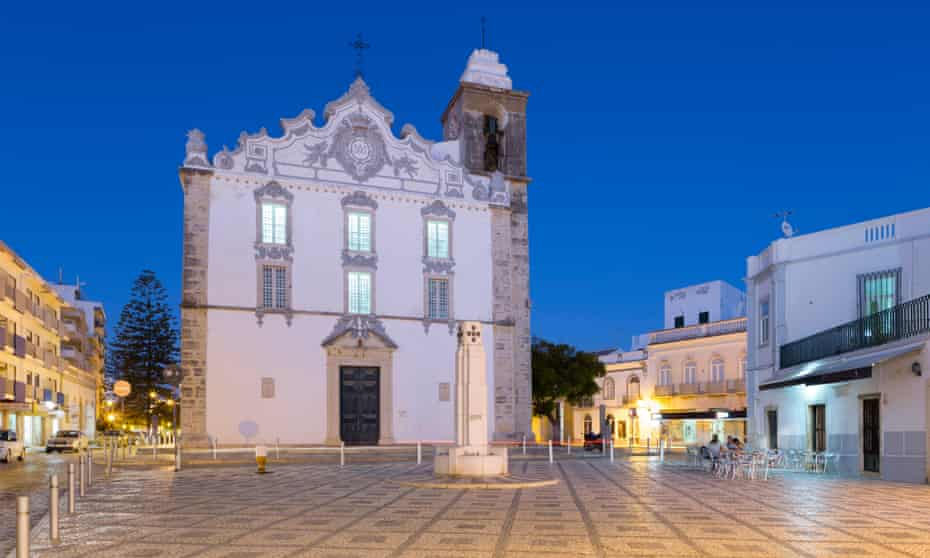 Olhao town square, Algarve, PortugalJ0C26G Igreja Matriz parish church at night, Olhao, Algarve, Portugal