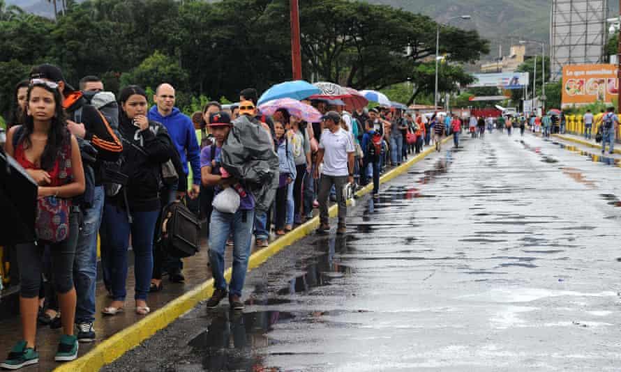 Venezuelans cross the Simon Bolivar bridge