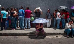 委内瑞拉人在街道上抗议在加拉加斯寻求食物。
