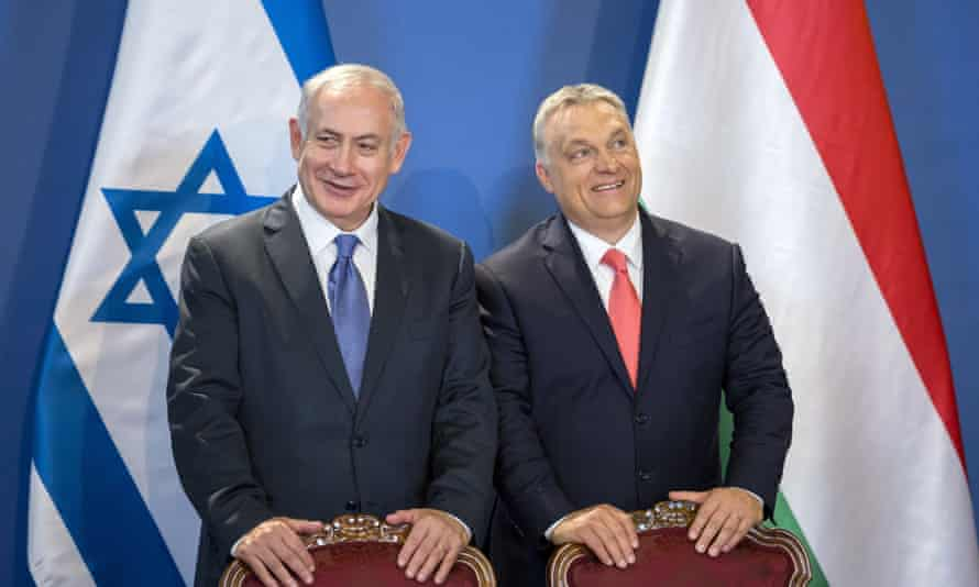 Benjamin Netanyahu, left, and the Hungarian prime minister, Viktor Orbán at a signing ceremony in Budapest in 2017