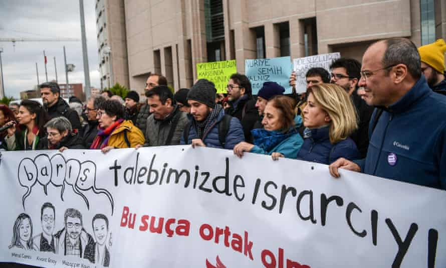 Protesters gather in front of an Istanbul courthouse, in support of the group of academics charged with terror offences.