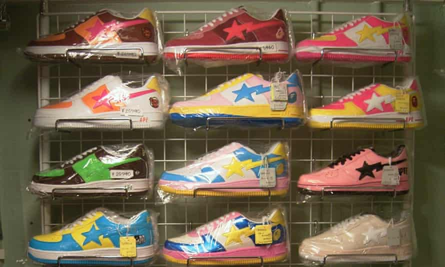 Sneakerhead paradise ... یک فروشگاه هاراجوکو در اوایل دهه 2000 ، با مربیان براق مانند آب نبات توسط BAPE.