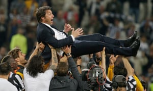 Juventus players hoist Antonio Conte aloft