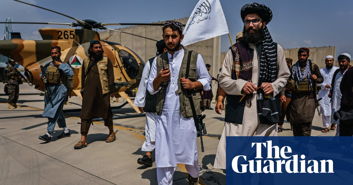 Taliban inspect destroyed US planes after last US troops withdraw – video