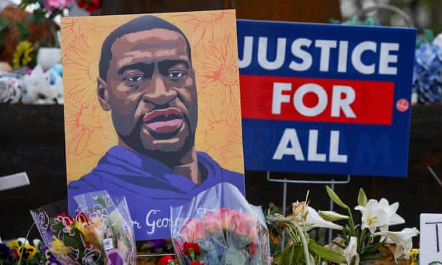 在德里克·沙文(Derek Chauvin)因谋杀弗洛伊德(Floyd)被定罪后,人们于2021年4月21日在美国明尼苏达州明尼阿波利斯市的乔治·弗洛伊德广场的纪念馆里献花。