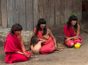 Three Araweté women and child.