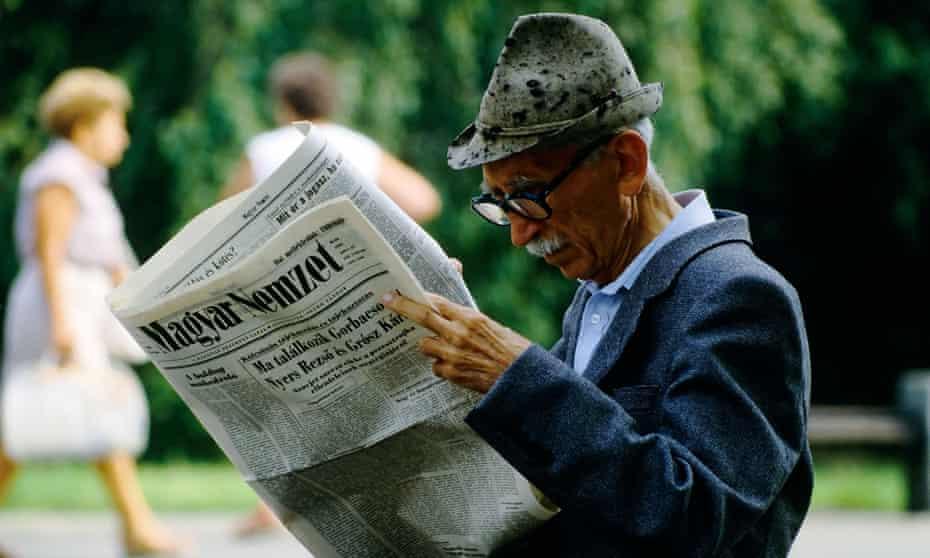 Man reading Magyar Nemzet.