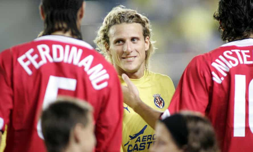 Diego Forlán is greeted by former Manchester United teammates Rio Ferdinand and Ruud van Nistelrooy before a Champions League match in 2005.