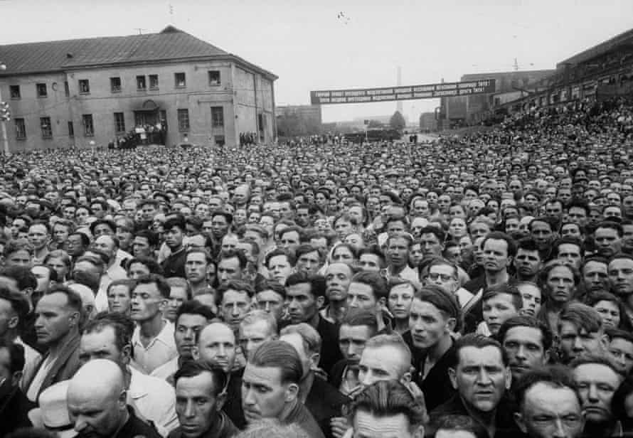 A large crowd gathering to welcome Yugoslav leader Tito, during his visit to Russia. Photograph by Lisa Larsen, Life, June 1956.