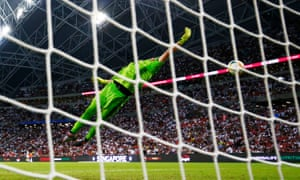 Harry Kane's shot flies over Juventus goalkeeper Wojciech Szczesny.