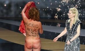 Corinne Masiero berdiri telanjang di atas panggung di samping aktris seorang Marina Foïs