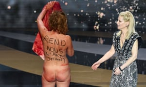 Corinne Masiero stands naked on stage next to Marina Fois
