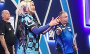 Mikuru Suzuki applauds the Ally Pally crowd after her narrow defeat.