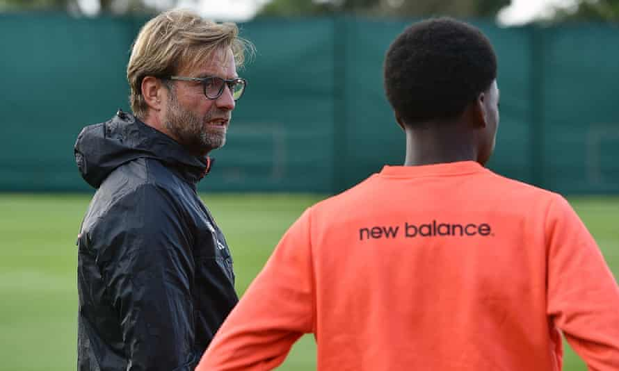 Liverpool's manager, Jürgen Klopp, talks to Ovie Ejaria during a training session at Melwood