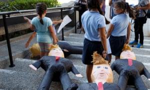 ילידי ארצות הברית של מהגרים גרור דונלד טראמפ piñatas במהלך ההרשמה לרישום הבוחר בקליפורניה בשנת 2016.
