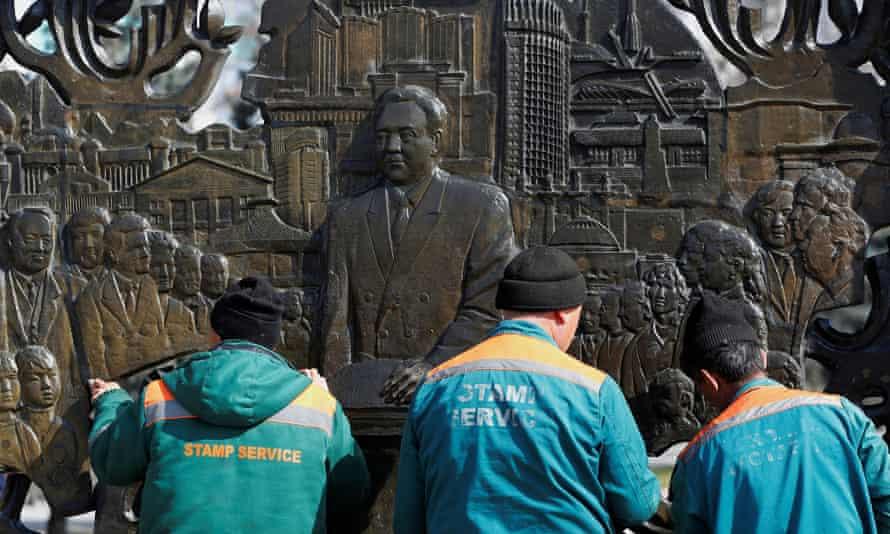 Працівники ради очищають рельєф Нурсултана Назарбаєва в Алмати