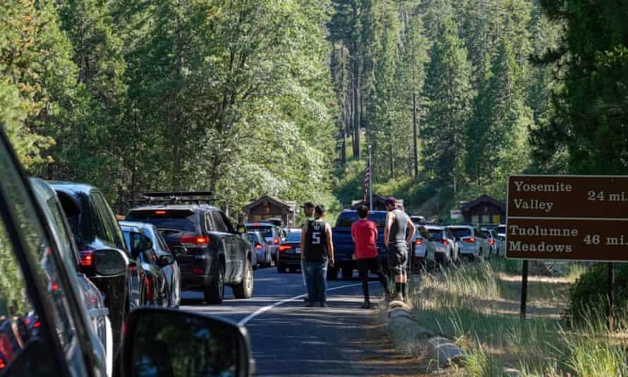 Una fila de autos retrocedió en la entrada de Big Oak Flat cuando los visitantes llegan para el fin de semana del 4 de julio en el parque nacional de Yosemite.