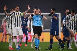 hollandalı hakem bjorn kuipers (c), oyuncular ona bağırırken tepki gösteriyor.