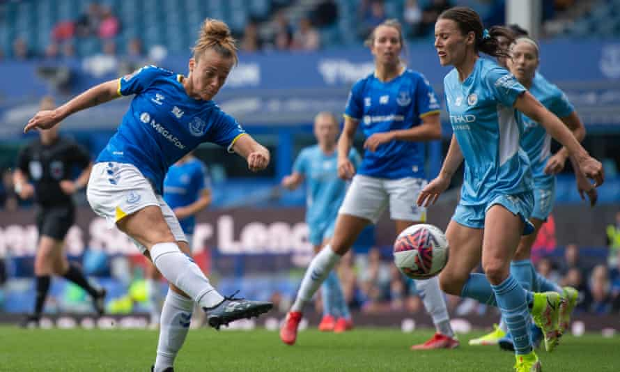 Aurora Galli fires in a shot for Everton against Manchester City in the WSL