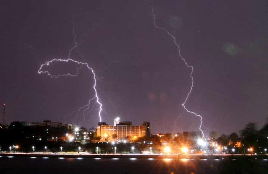 Bliksem boven Bhopal, Madhya Pradesh, terwijl de cycloon Taukta het land doorkruiste.