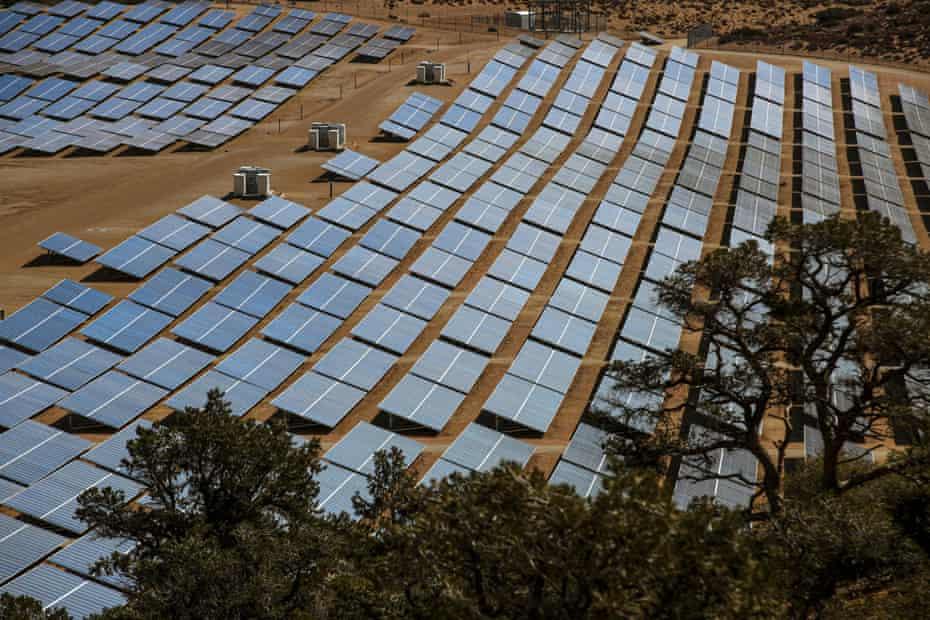 Un parque eólico y solar en el condado de Kern, California.  La administración de Biden quiere que la red eléctrica de EE. UU. Funcione al 100% con energía limpia para 2035.