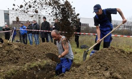 Gravedigging championship contenders dig