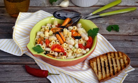 Pasta thimbles with mussels and white beans
