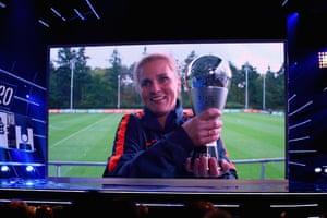 Sarina Wiegman accepts the award as the best women's coach.