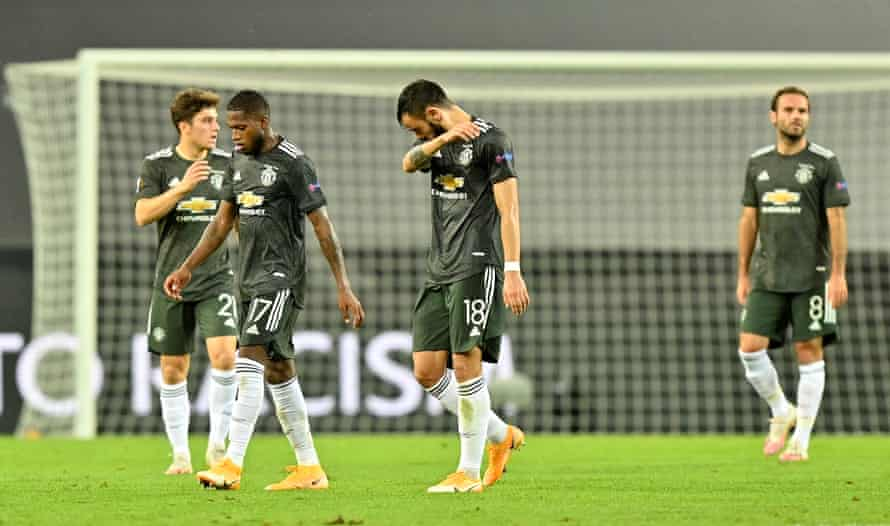 Dejected United players after their defeat.
